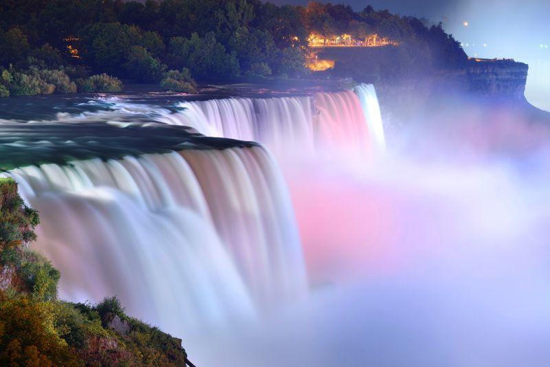Ниагарский водопад в Канаде, подсвеченный яркими цветами