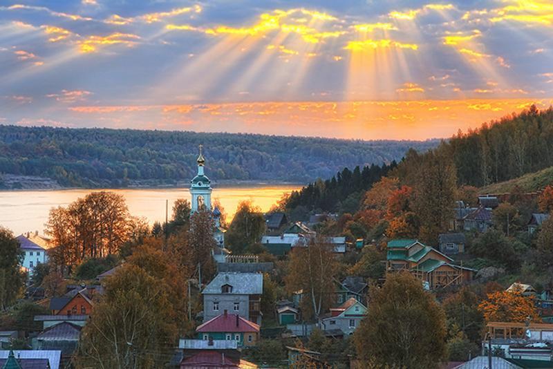 Закат над рекой в городе Плёс Ивановской области