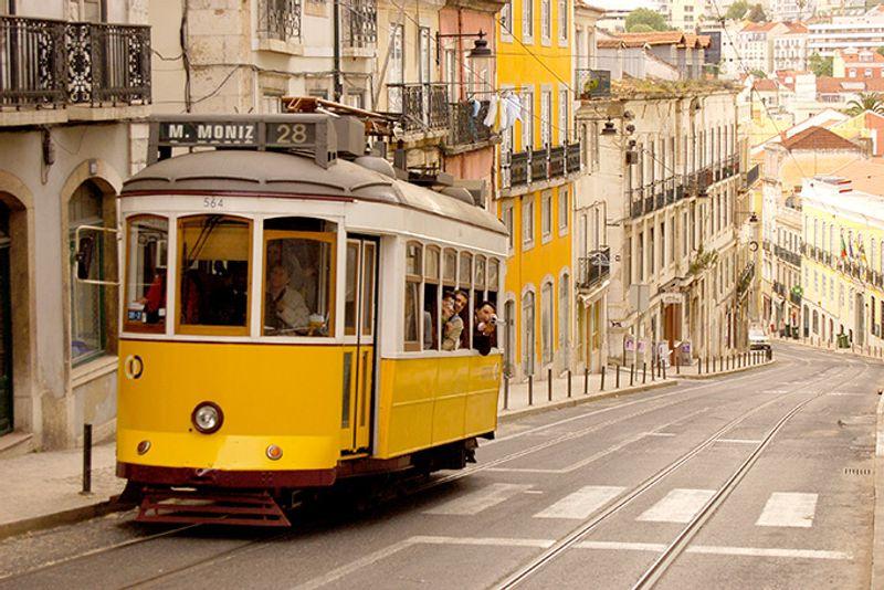 Желтый трамвайчик в Лиссабоне