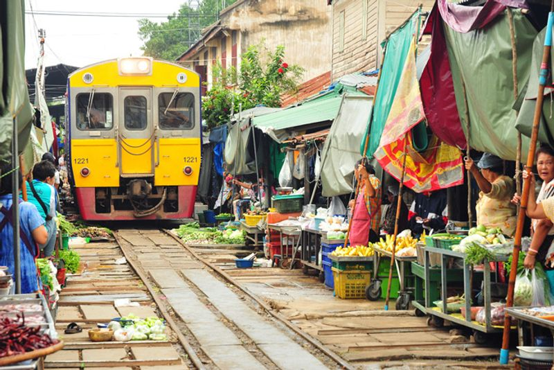 Рынок у станции Мэ Клонг в Бангкоке, Таиланд