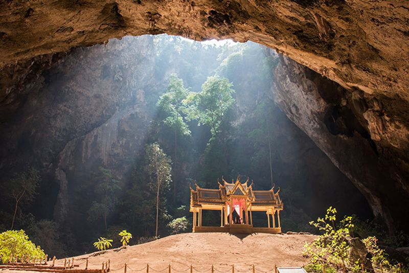 Храм в пещере Пхрая Након