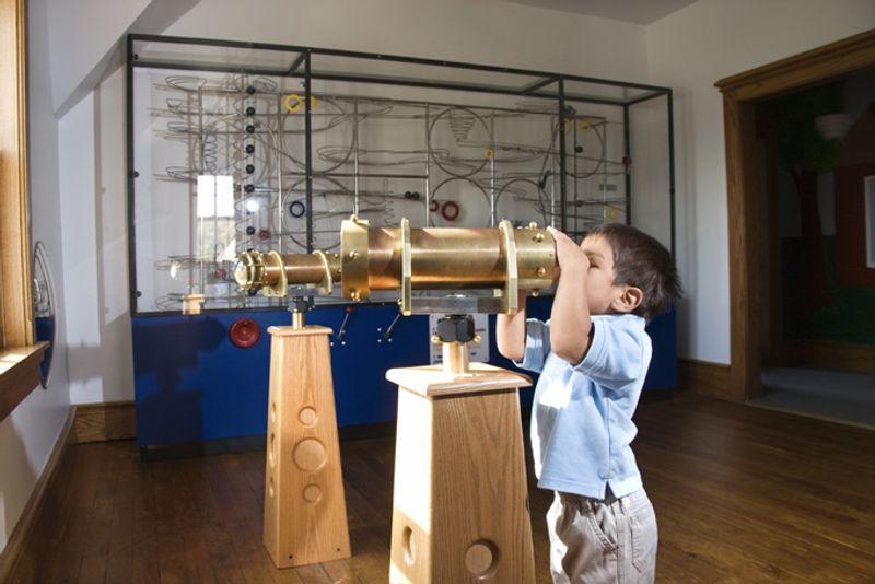 Ребенок в музее