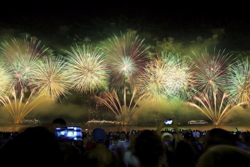 fuegos artificiales en la playa de copacabana en río de janeiro