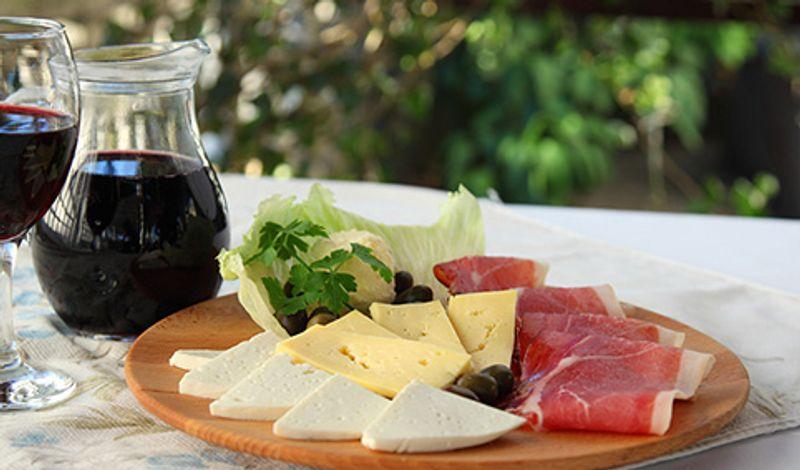 Черногорские сыр, ветчина и вино