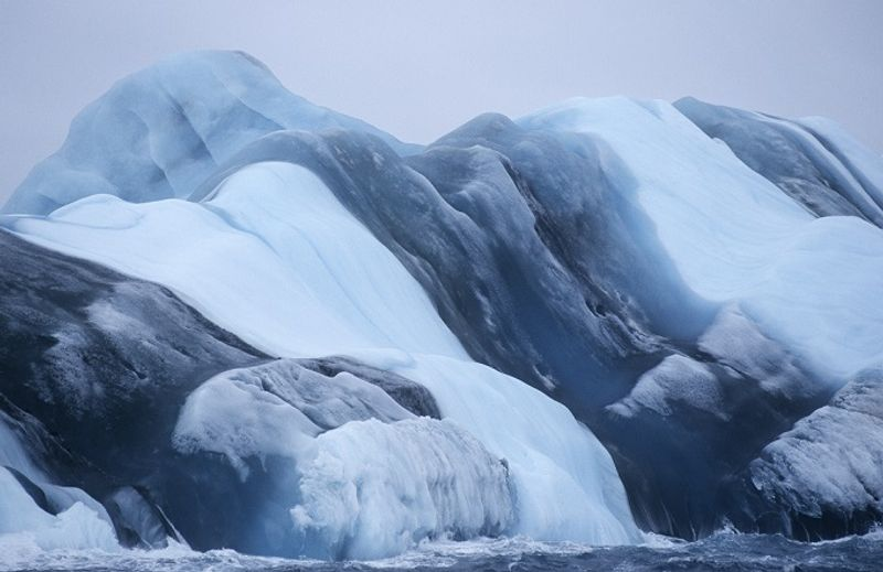 icebergs con rayas de colores en la antártida