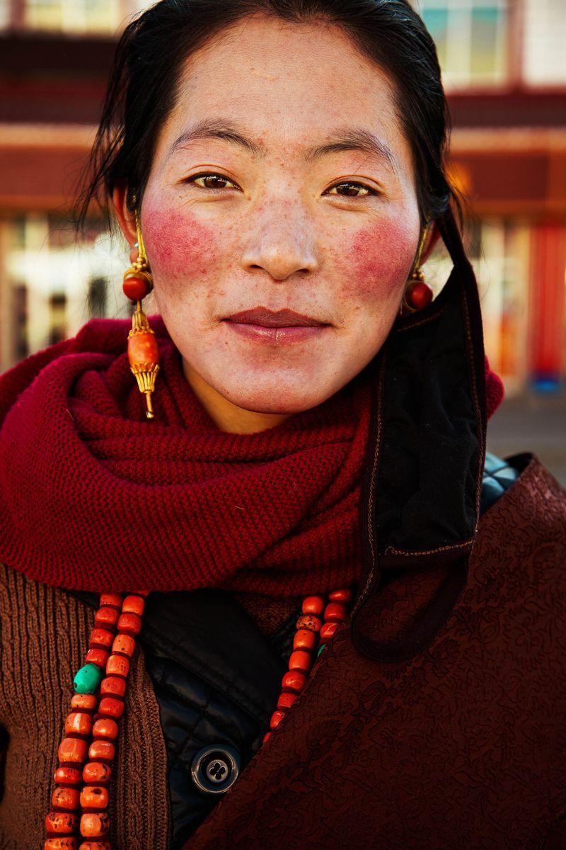 """Тибетская женщина в традиционном наряде из фотопроекта Михаэлы Норок """"Атлас красоты"""""""