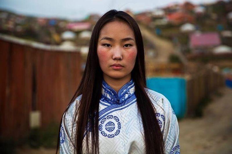 """Монгольская девушка в национальном наряде из фотопроекта Михаэлы Норок """"Атлас красоты"""""""