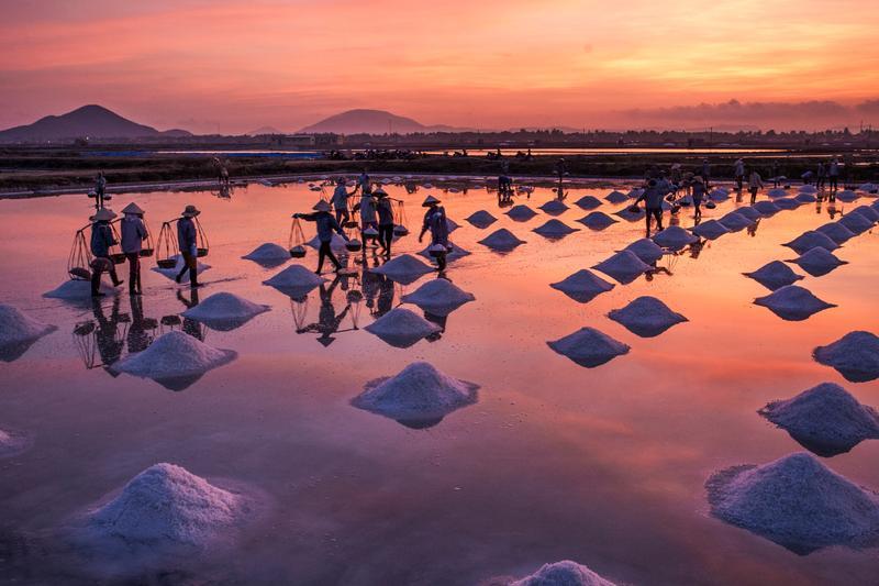 Добыча соли на закате, Вьетнам