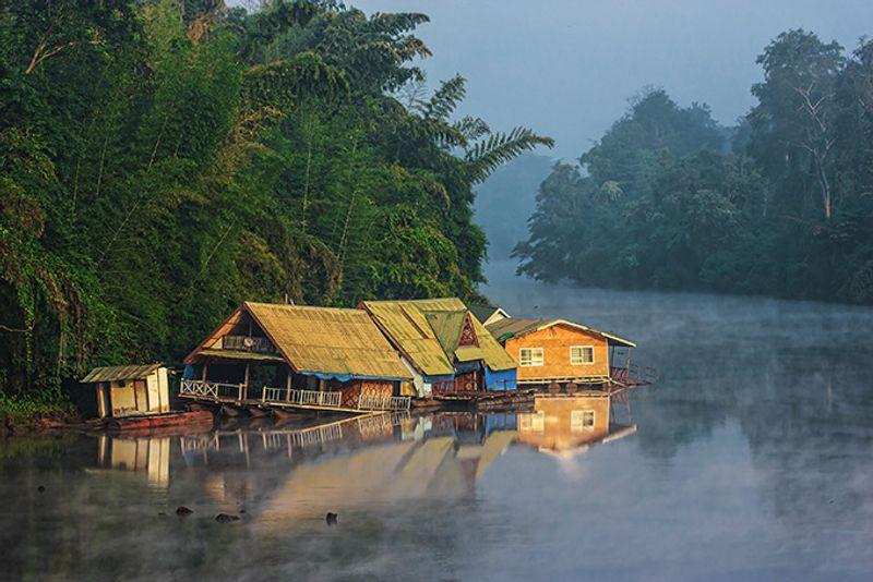 Дома на реке Квай в провинции Канчанабури