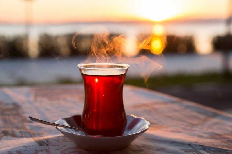 Стакан горячего турецкого чая на фоне заката