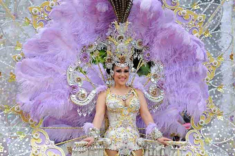 dona en vestit al carnaval de Tenerife © Algefoto / Shutterstock.com '