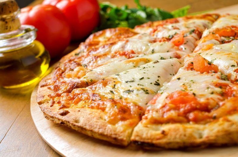 Pizza Margherita, salah satu varian pizza khas Italia yang sangat lezat