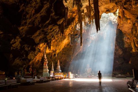 Einfach magisch: Die Höhle Tham Khao Luang kann sogar mit einem Schrein und einer Buddha-Statue aufwarten.