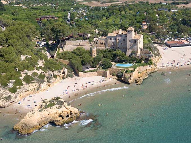 Vista aérea del Castillo y la playa de Tamarit © ACT / Miguel Ángel Álvarez
