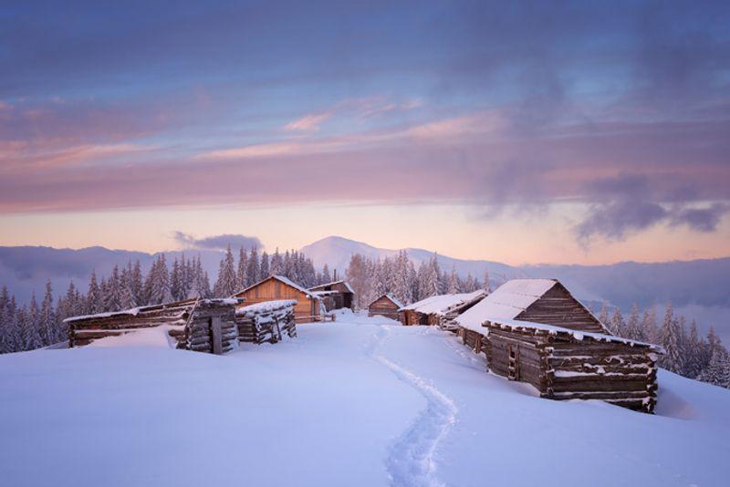 Деревня в горах зимой