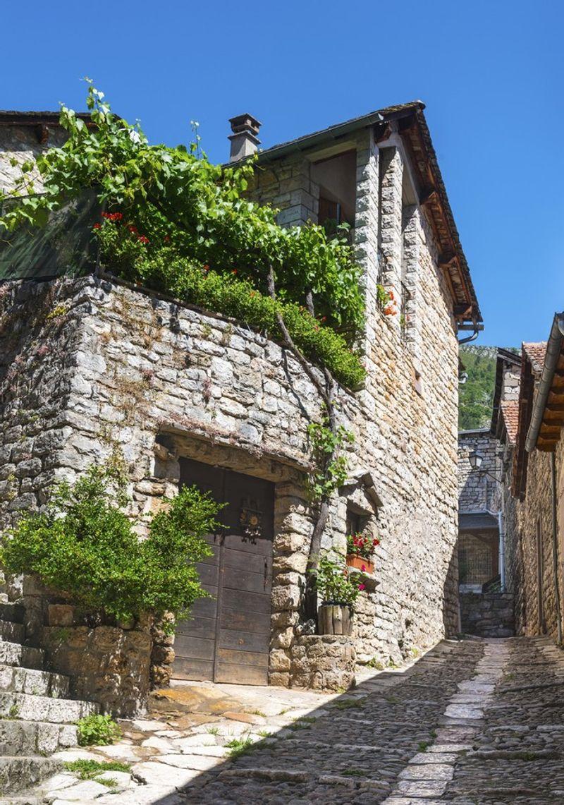 Une ruelle du vieux centre de Sainte-Enimie