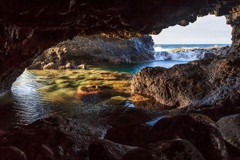 Schwimmen gehen direkt vor einer traumhaften Grotten-Kulisse? Das geht auf den Kanaren.