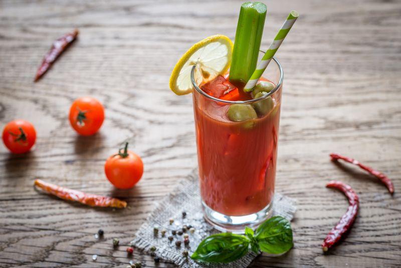 Коктейль «Кровавая Мэри» со стебельком сельдерея, оливками и лимоном