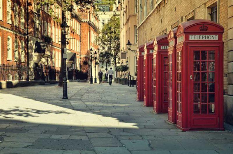 Лондонская улица с красными телефонными будками
