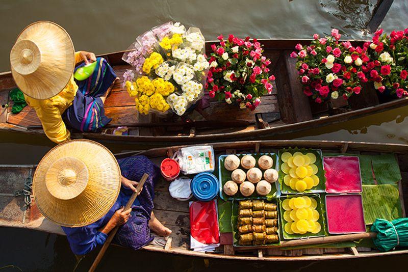 Торговцы на плавучем рынке в пригороде Бангкока