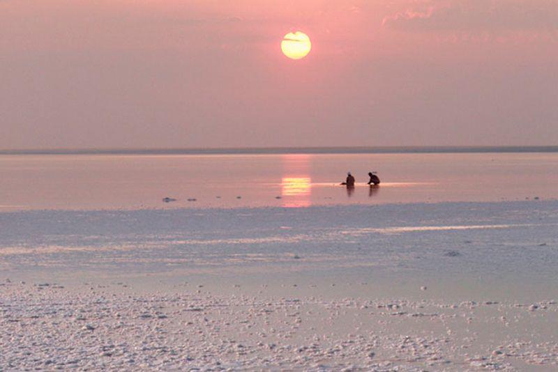 Закат над озером Эльтон, Россия
