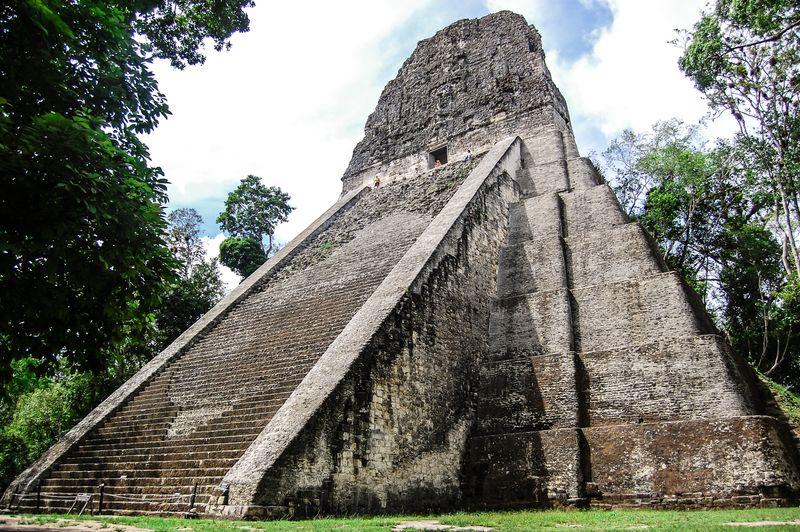 pirámide maya en tikal guatemala foto de bisual studio