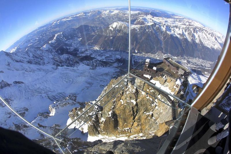 Стеклянная смотровая площадка Step into the void на горе Эгюий-дю-Миди воФранцузских Альпах