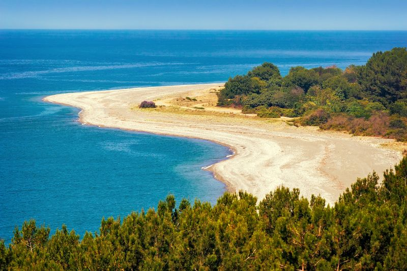 Вид на песчаный пляж и море в Абхазии с высоты