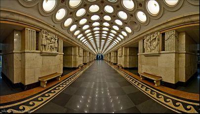 Metronun her durağı sergi niteliğinde karşınıza çıkıyor. moskova metrosu