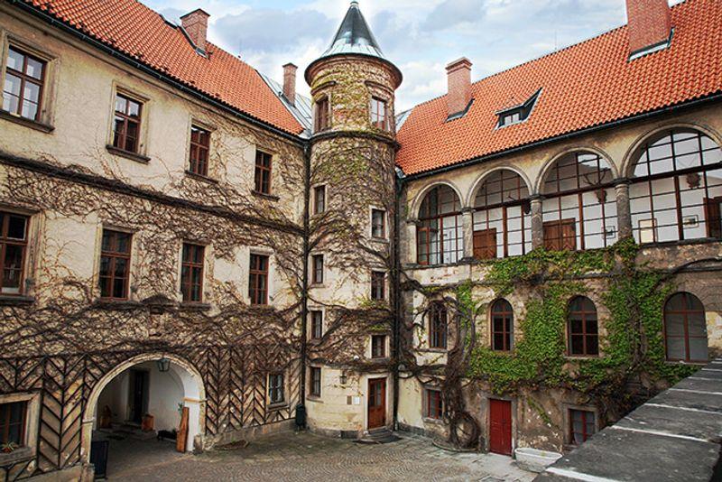 Внутренний двор замка Хруба Скала в Чехии