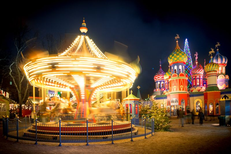 Карусель и копия Собора Василия Блаженного в парке Тиволи в Копенгагене под Рождество