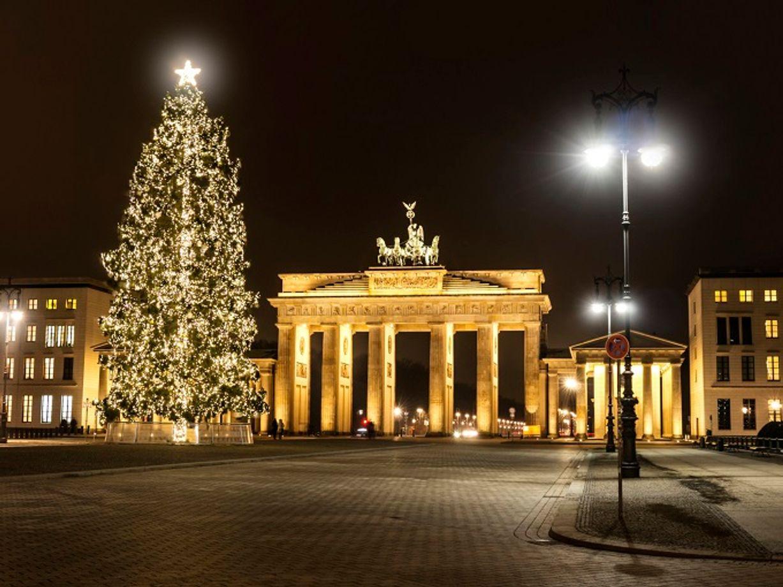 ver el glorioso rbol de navidad y hacer compras de ltima hora en uno de los ms de mercadillos festivos de berln incluyendo el de unter den
