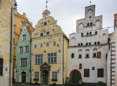 Üç Kardeşler adlı bu üç sempatik binanın, Riga'daki en eski konutlar olduğu biliniyor.