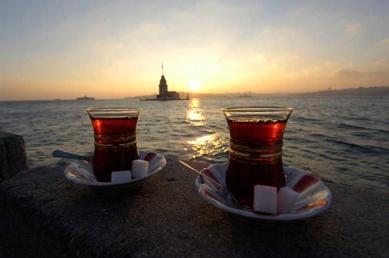 Стаканы с чаем на фоне Босфора