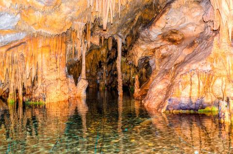 Erkundet die Diros Höhlen samt ihren schmalen Gängen per Boot.