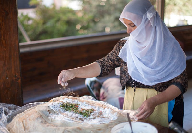 Друзская женщина готовит питу