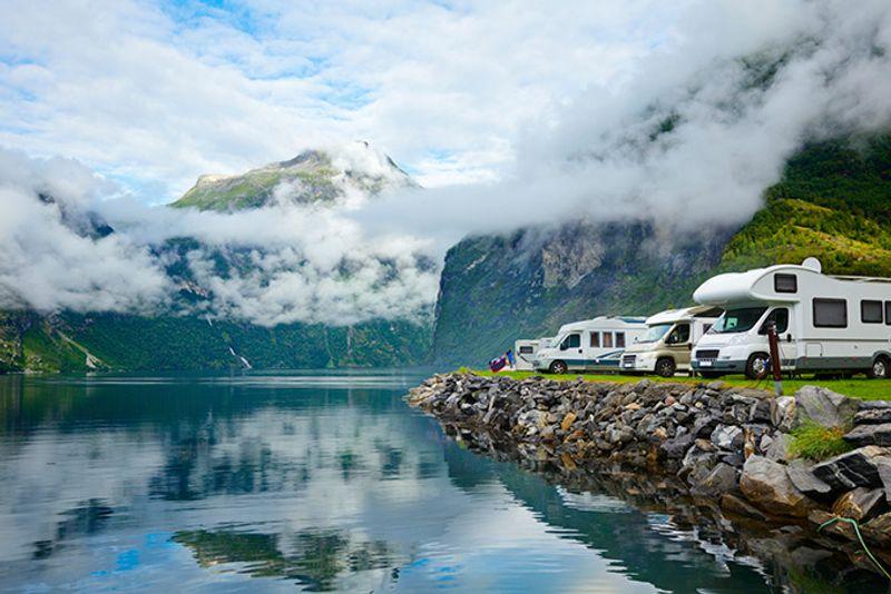 Кемпинг на берегу озера в Норвегии