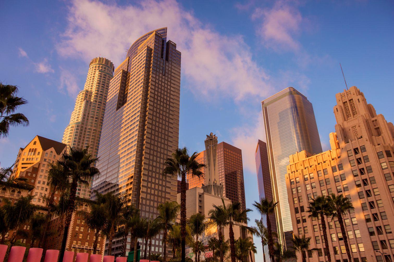 Ουρανοξύστες συνδυάζονται με φοινικόδεντρα στο κέντρο του Λος Άντζελες