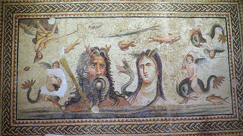 Bu mozaikte denizlerin tanrıları yer alıyor.