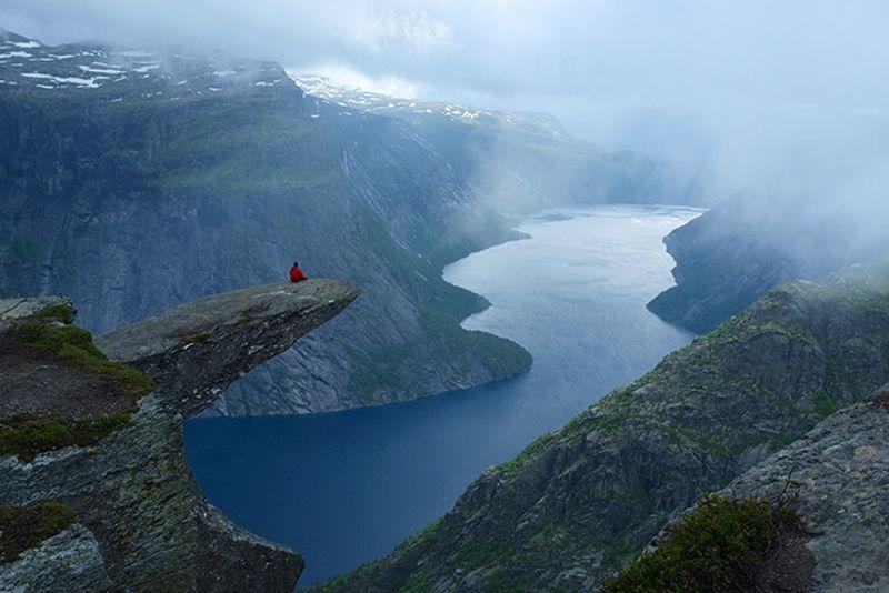 """Утес """"Язык тролля"""" на горе Скьеггедаль в Норвегии"""