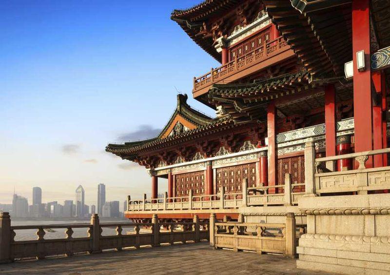 Пагода на фоне скайлайна Пекина