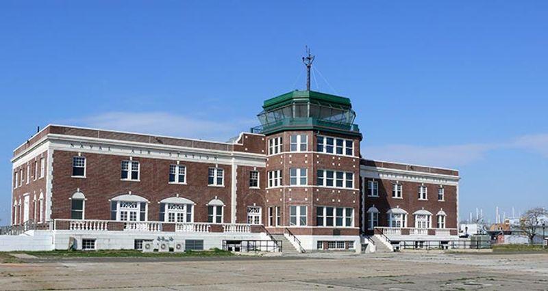 Здания аэропорта Флойд Беннетт Филд в Нью-Йорке теперь стали музеями