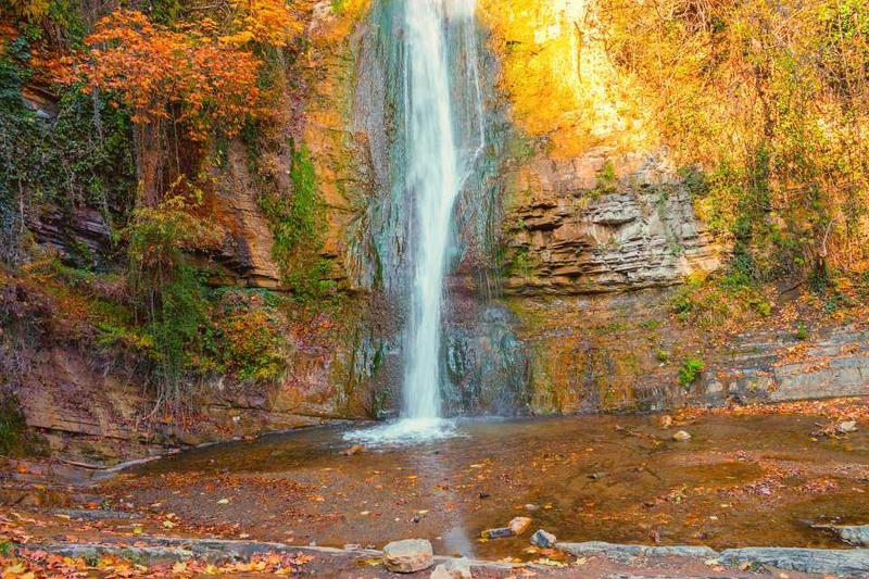 Осенний пейзаж с водопадом в ботаническом саду Тбилиси в Грузии