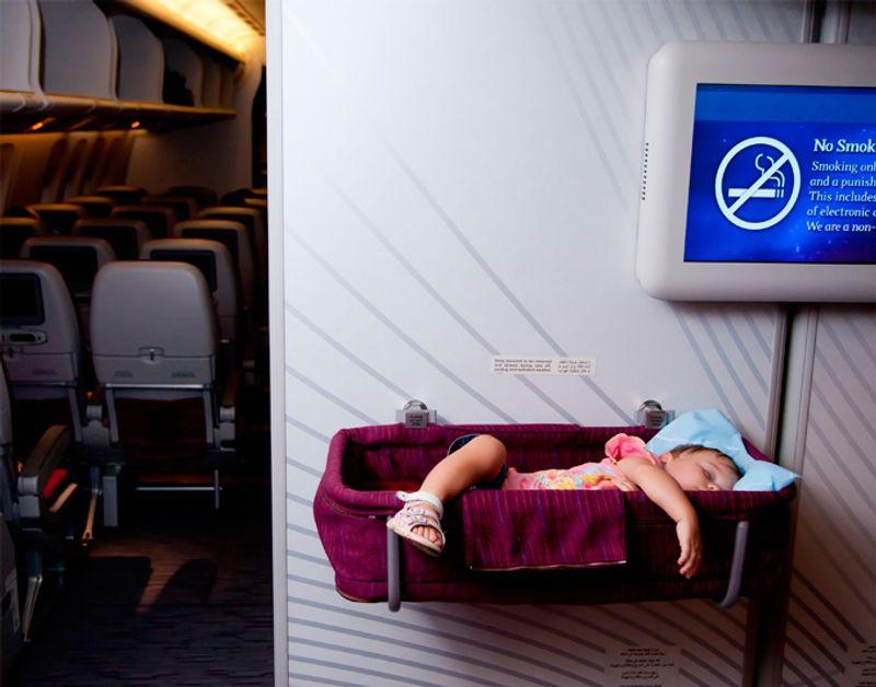 Ребенок, спящий в самолете