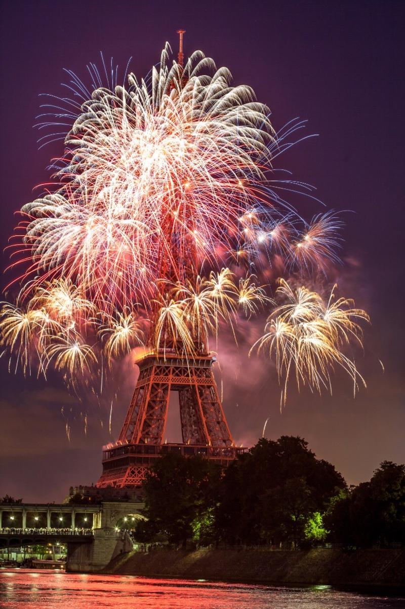 fuegos artificiales sobre la torre eiffel