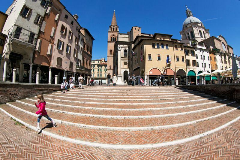 vista di piazza delle erbe a Mantova