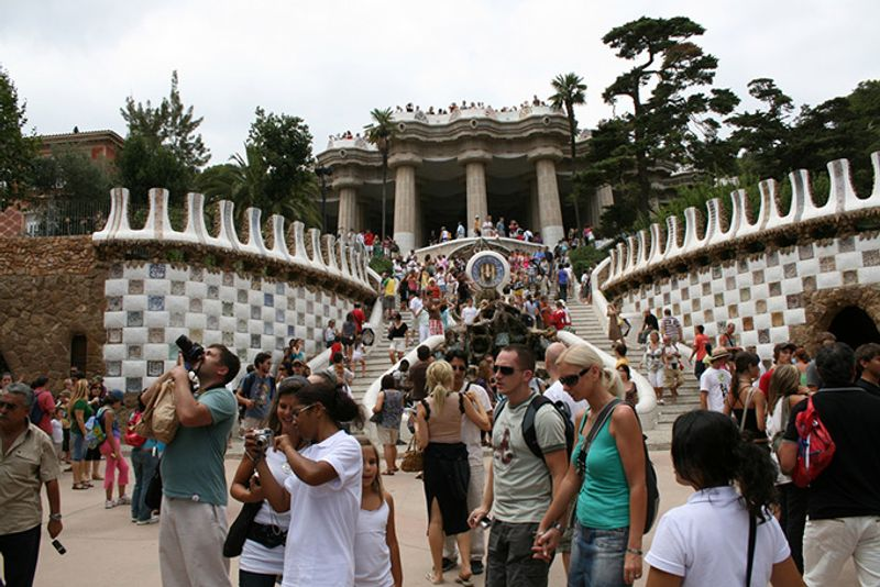 680-tourists-park-guell-barcelona.jpg?re