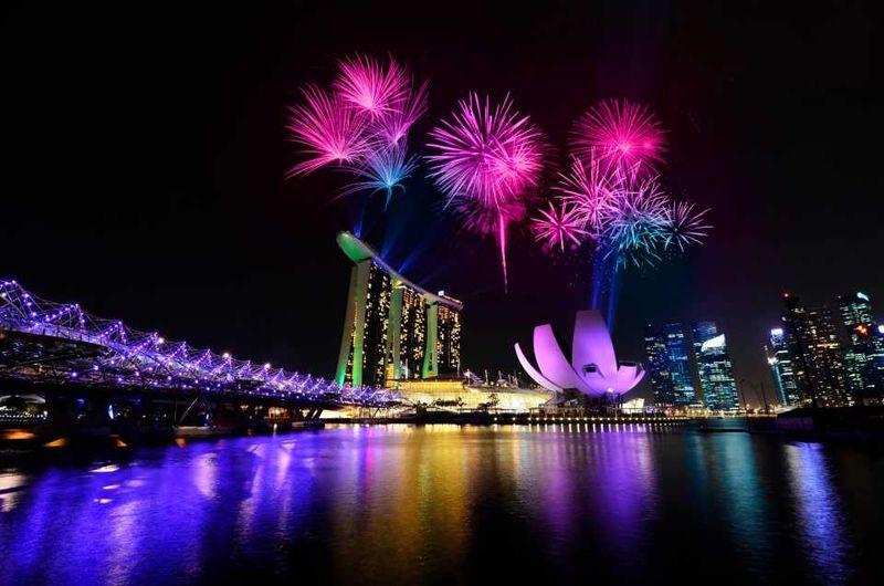 Фейерверки над отелем Marina Bay