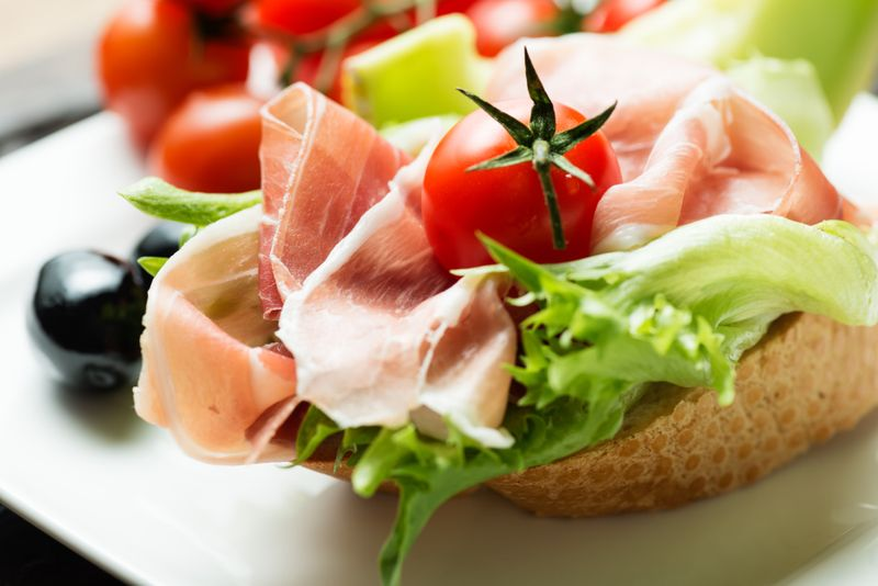 Бутерброд с помидорами, хамоном и зеленью