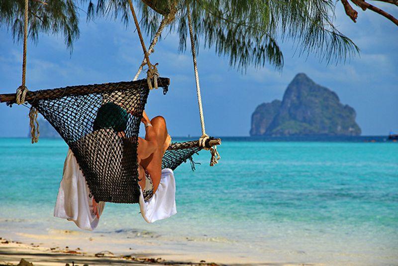 Гамак на тропическом пляже